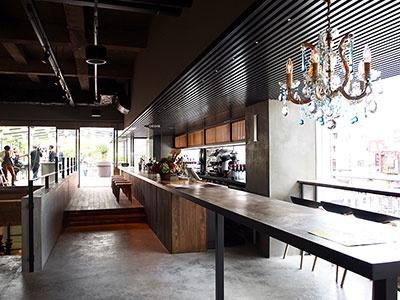 朝は朝食スペースに、夜はバーカウンターになるドリンクコーナー。ビールやワイン、自家製レモネードなどを用意