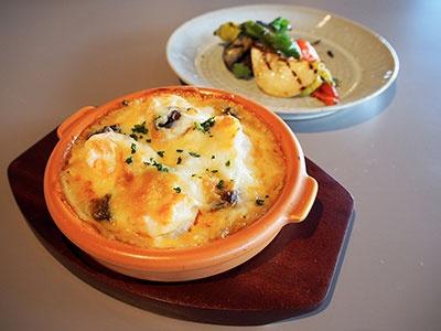 地元の野菜を使った料理など、健康にも配慮したバランス食を提供。「海老とマッシュルームのマカロニグラタン」は950円