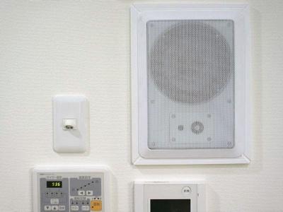 AIマンションの壁にはAIと対話するためのスピーカーが埋め込まれている