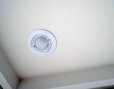 照明のスイッチだけではなく、部屋のさまざまな場所にセンサーが設置されている