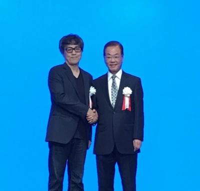 クリエイティブディレクターのサトー克也氏(左)と、高橋書店の高橋英雄社長