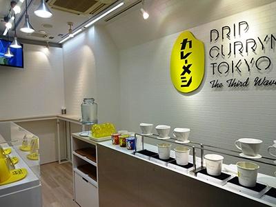 イートインスペースの収容人数は最大7人。店内デザインの監修は佐藤可士和氏が担当