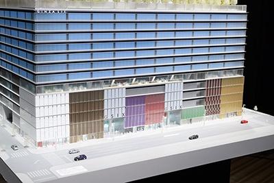 中央通りに面した全長(間口)約115mに、6つのハイブランドが旗艦店として2~5層の大型メゾネット店舗を構える