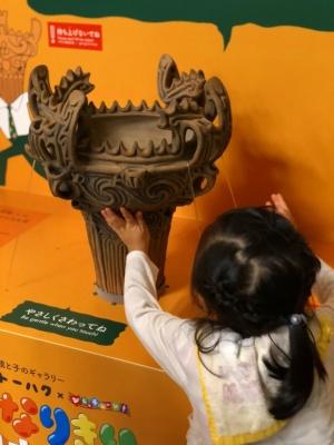 親と子のギャラリー「トーハク×びじゅチューン!なりきり日本美術館」の関連展示として火焔型土器のレプリカによるハンズオンを行った。「作品世界に没入してみると、美術とさらに仲良くなれるということを子どもたちに実感してほしかった」(東京国立博物館博物館教育課)