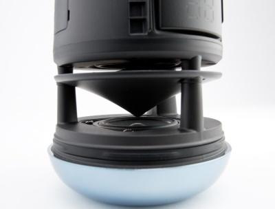 ディフューザーをスピーカーとウーファーで挟み込む形にすることで、自然に360度広がりのある音を聴かせてくれる