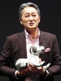 犬型ロボット「aibo」を発表するソニーの平井一夫社長