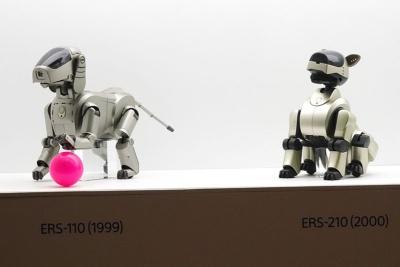 1999年に登場した初代アイボ(左)と2代目アイボ(右)。近未来的なデザインを採用していた