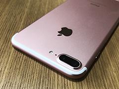 ローズゴールドのiPhone 7 Plusを友人に撮影させてもらった。アンテナラインが白で、デザインのアクセントになっている
