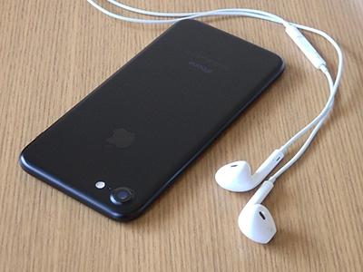 iPhone 7のブラック128GBモデルを購入。プレミアム感のあるジェットブラックも魅力的だったが、ブラックも落ち着いていていい。単なる黒い板のように見えるデザインになった