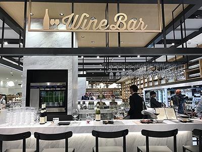 「嗜(たしな)む」ゾーンの酒類売り場にはワインバーのカウンターを併設