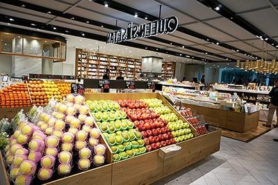 「作る」ゾーン(スーパーマーケット「クイーンズ伊勢丹」)と「過ごす」ゾーン(雑貨・書籍などの物販)が隣で境目なく融合している
