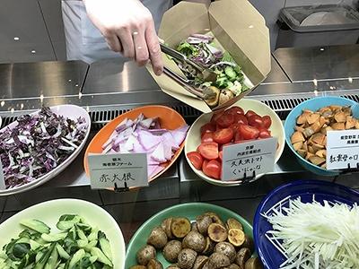 カスタムサラダは100gあたり300円で、ベースのグリーンサラダに好みの野菜、ドレッシング、トッピングを自由に組み合わせて注文できる