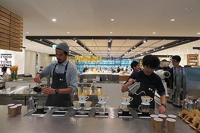 国内6号店となるサードウエーブコーヒー「ブルーボトルコーヒー」が「過ごす」ゾーンにオープン