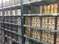 冷蔵室の中には卵や乳製品、ビールなどの商品がズラリと並んでいた