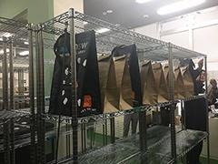 配送用の袋に入れるなどして準備が整った商品は1階に運ばれ、棚に並べられて配送される順番を待つ。青い袋がチルド、茶色い袋が常温のもの