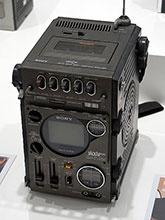 ラジオとテレビとテープレコーダーをひとつにした「FX-300」(愛称:ジャッカル)。飛行機のコックピットなどをヒントにデザインされたそのフォルムはかなり斬新だ