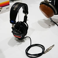 モニターヘッドホンとして、いまなお根強い人気を持つステレオヘッドホン「MDR-CD900ST」。1989年製なので、25年以上のロングセラー商品ということになる