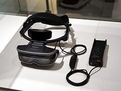 """ミュージシャンのピエール瀧氏が挙げたのはパーソナルLCDモニター""""グラストロン""""「PLM-50」。「すごくソニーっぽい」と語っているのは筆者も同感。これが、その後のヘッドマウントディスプレイ「HMZ-T1」や「PlayStation VR」の礎になっていると思うと感慨深い"""