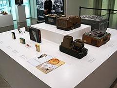 当時の世界最小トランジスタラジオだった1957年発売の「TR-63」は、製品カタログも展示。そのほか、日本初のテープレコーダーや磁気録音用テープ、テープレコーダーとスライド写真を組み合わせた映写機などもある