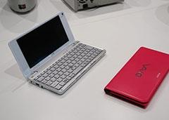 2009年に発売されたポケットスタイルPC「VGN-P70H」(左)は、本体をズボンのポケットに入れるCMが斬新で、覚えている人も多いはず。筆者はスペックをパワーアップさせた「VGN-P92KS」をいまだに持っている。非常に思い入れのある製品のひとつだ