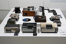 1970年代の展示品の一部。テレビチューナー内蔵のビデオレコーダー第1号機「SL-7300」や、エベレスト登頂にも利用されたトランシーバー「ICB-650」、分離型ラジオ「ICF-7500」などが並ぶ