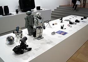 2000年代のコーナーではそのほか、ダンスも踊れる二足歩行ロボット「SDR-4X II」(愛称:QRIO)とその試作機や、踊るスピーカー「SEP-10BT」(愛称:Rolly)、パーソナルコミュニケーター「COM-1」(愛称:mylo)、ピタッと吸盤を採用したポータブルナビゲーションシステム「NV-U1」など、良くも悪くも意欲的な製品が見られる