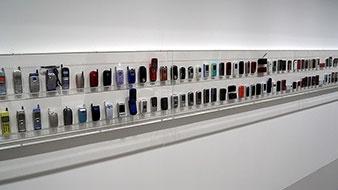 1989年に誕生したソニー初の携帯電話「CP 201」を筆頭に、歴代の機種の大半が並ぶ。ちなみに、筆者が始めて使ったソニーの携帯電話は「SO503i」。一方で、ドコモユーザーだったため、auのみに提供されていた「Cyber-Shotケータイ」を利用できなかったのが今でも悔しい