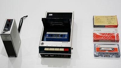 左からアメリカの宇宙船アポロ7号の乗組員も使用したという1968年製のカセットテープレコーダー「TC-50」、ソニーのコンパクトカセットテープレコーダー第1号機の1966年製の「TC-100」、ソニーが初めて発売したカセットテープ「C-60」