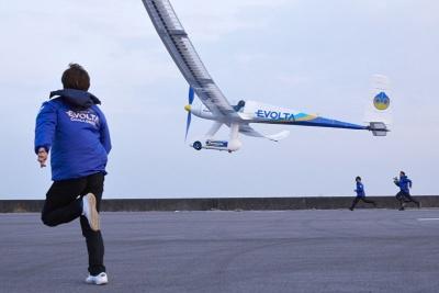 手作りの飛行機が大空に飛んだ瞬間。飛行機の製作に携わった大学生メンバーの歓喜の声が彦根港に響き渡った