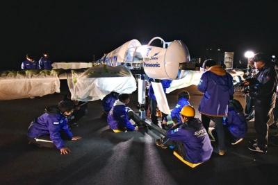 深夜、飛行機の整備や点検など準備を進めるTUMPAのメンバー。岸壁だったので、琵琶湖を吹き抜ける風がかなり冷たかった