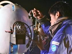 プロペラのモーター回りをチェックするメンバー。配線に手作りの様子がうかがえる