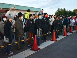 チャレンジを見守るため、100人以上の観客が彦根港に集まった
