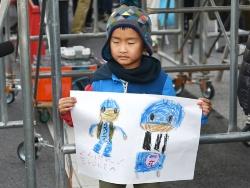 手描きのエボルタくんを持参して応援する子どもの姿も