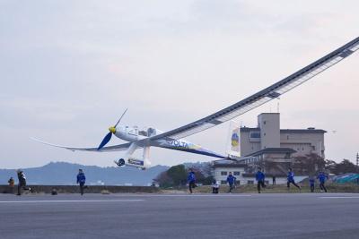 プロペラが回転を始めてほどなく滑走を始めた飛行機は、ふわりと大空に舞い上がった