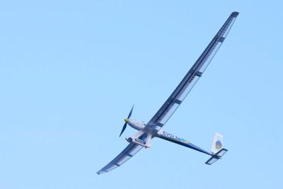 彦根港を離れていく飛行機。大きな翼を備えた機体の姿は、地上から見るととても美しい