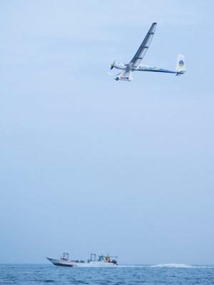 順調に琵琶湖を飛行する飛行機。安定しており、誰もがギネス世界記録の達成を疑わなかった