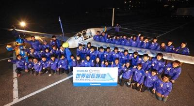 今回のエボルタチャレンジで使用する機体とTUMPAのメンバー。機体は人力飛行機をベースに設計したもので、エボルタ乾電池でプロペラを駆動する仕組み