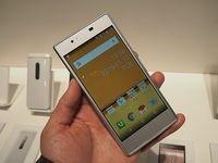 タブレットから始まったQuaブランドだが、「Qua phone」以降スマートフォンの展開も進めている。写真は2016年1月12日のau新製品発表会より