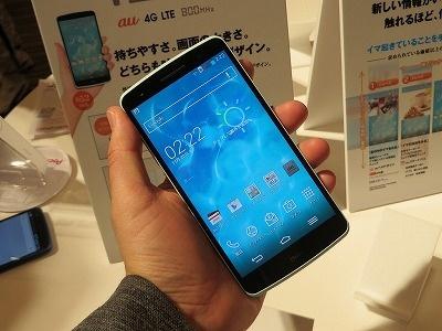 isaiブランド初のモデルとなる「isai LGL22」。LGのグローバルモデル「LG G2」 をベースに、ボディーデザインやインターフェースを大幅に変更し、日本向け 機能を加えたモデルであった。写真は2013年11月20日のisai説明会より