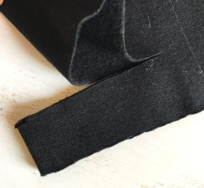 袖口や裾は切ってもほつれにくいカットオフ加工が施されており、肌あたりが気になる部分の生地を切るなど自分仕様にアレンジできる