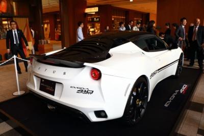 エヴォーラ スポーツ410はMT車で1344万6000円、AT車で1395万3600円