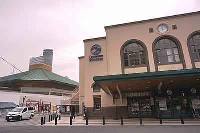 「江戸の食文化」をテーマとした飲食施設「-両国- 江戸NOREN」 。JR両国駅西口直結。開発規模は約2900平米。2階建て。隣には国技館、江戸東京博物館がある。歴史ある両国旧駅舎の外観の面影を残しつつ、改装。直線とアーチ型にデザインされた3つの大きな窓、中央に配した駅時計などを生かしたという
