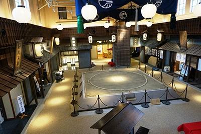 中央には日本相撲協会監修の土俵を設置。江戸時代から両国で興行が行われていた相撲の魅力を発信する