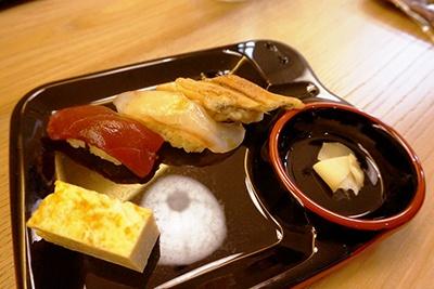 江戸時代の味付け、料理法を生かして砂糖を使わず、すっきりした味付けに仕上げた寿司は現代人にも好評