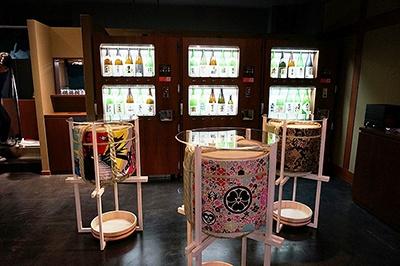 粋な角打ちスタイルで、東京の全ての酒蔵の日本酒が飲める酒・角打ち「東京商店」。立ち席のみ。自動利き酒マシンでは常時30種類の日本酒をセルフで利き酒できる。手軽なつまみは3種盛りで500円
