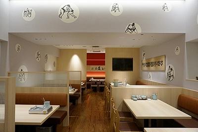 元大関霧島(現陸奥親方)の店、ちゃんこ・季節料理「ちゃんこ霧島」。鶏ガラ・豚骨でとっただしにたっぷり具材が入った健康志向のちゃんこ鍋などを提供。「西」「東」に分かれた部屋は非常に広く、相撲甚句のBGMや、相撲をあしらったデザインが目を引く