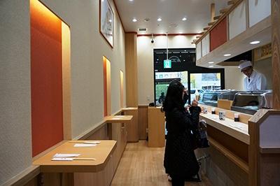 寿司「つきぢ神楽寿司」はノドグロやキンキ、金目鯛の直火炙りのネタが売り。また、気軽に食べられる立ち食い寿司も併設