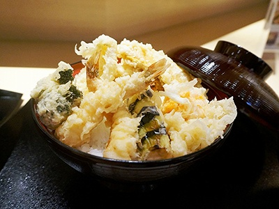 「天ぷら食堂 ひさご」は大正7(1918)年に創業した老舗の姉妹店。三重県四日市から取り寄せた特注ゴマ油を使った揚げたての天ぷらが味わえる