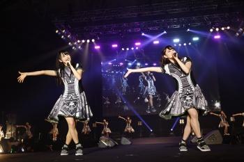 @JAM EXPO 2016のステージに立つ「欅坂46」(上)と「でんぱ組.inc」(下)