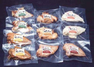 サラダチキンを発売した当初(2001年)のアマタケのギフト用商品。「ハーブ」(写真左上)、「タンドリー」(写真左下)、「たまり醤油」(写真中央下、右下)がサラダチキンとして先行販売された